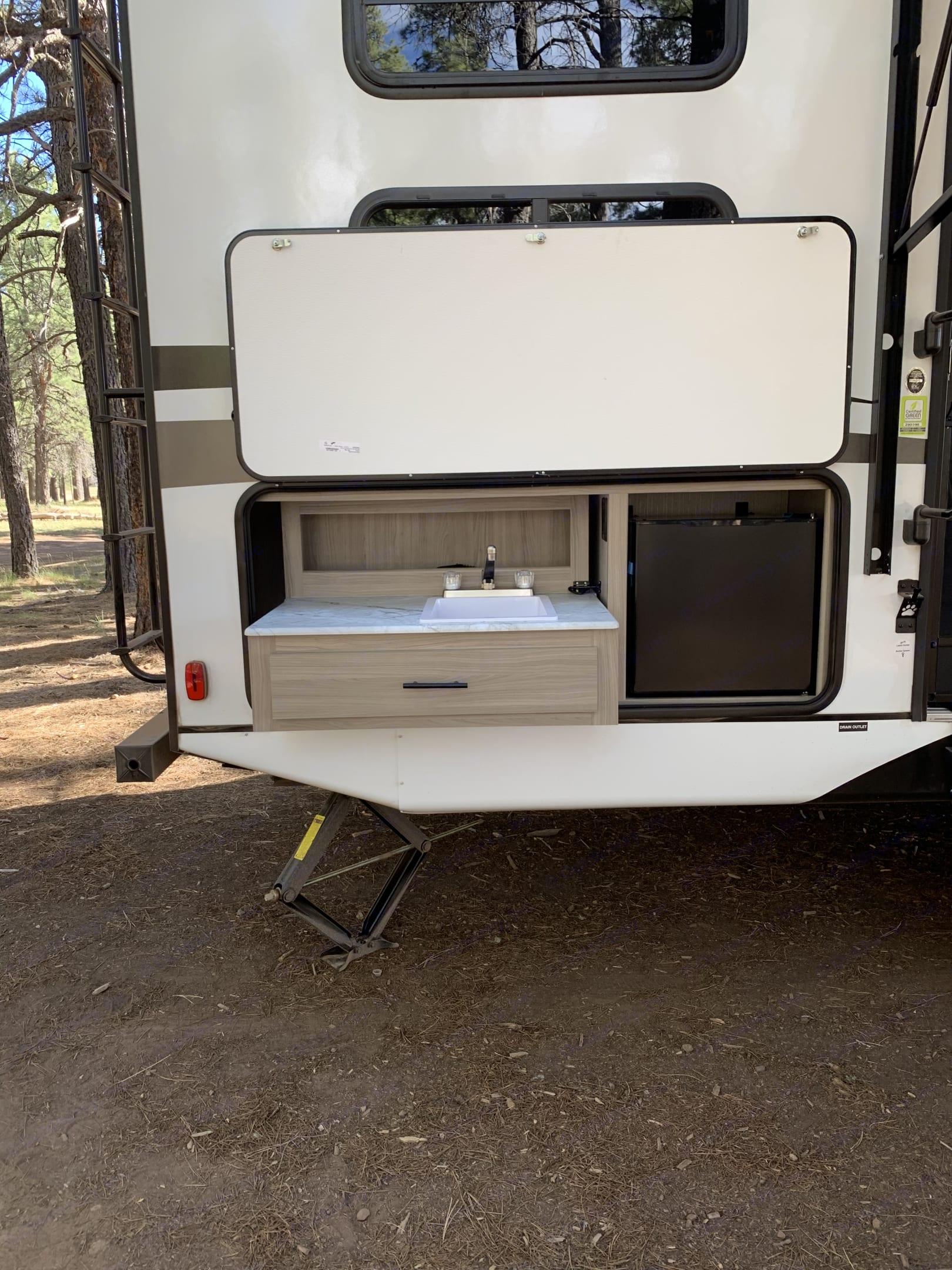 Outdoor Kitchen. Coachmen Freedom Express 2021