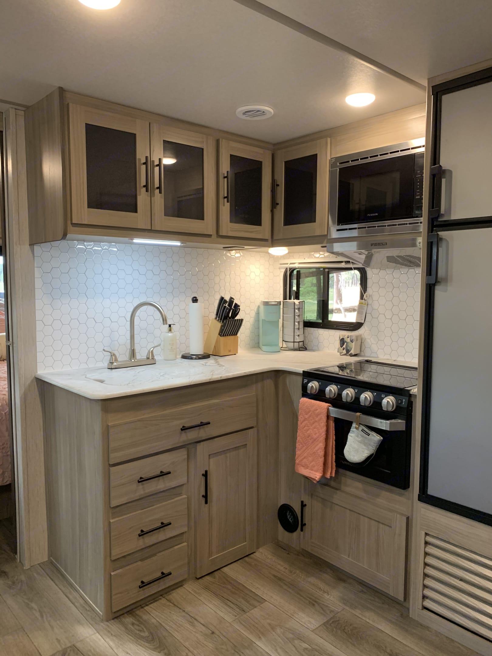 Kitchen. Coachmen Freedom Express 2021