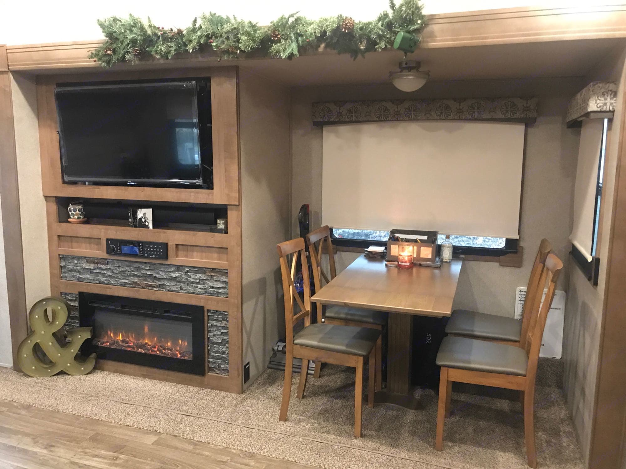 dining area. ForestRiver Flagstaff8529RKBS 2019