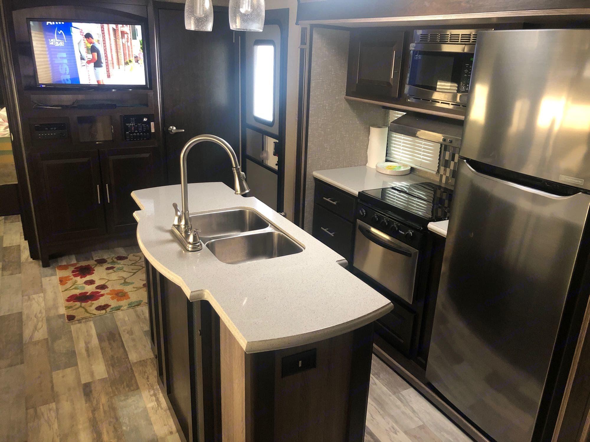 kitchen. CruiserRvCorp FunFinder 2017