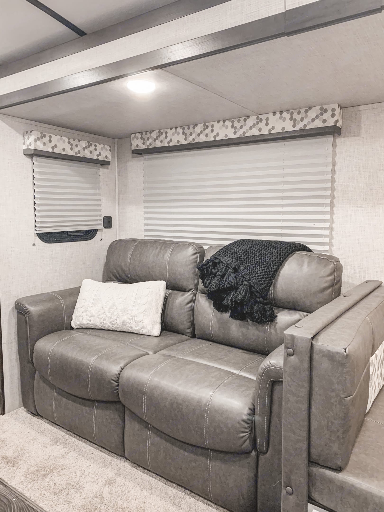 LIVING ROOM - full size pull out couch.. Keystone Premier Ultra Lite 50 Amp 2020