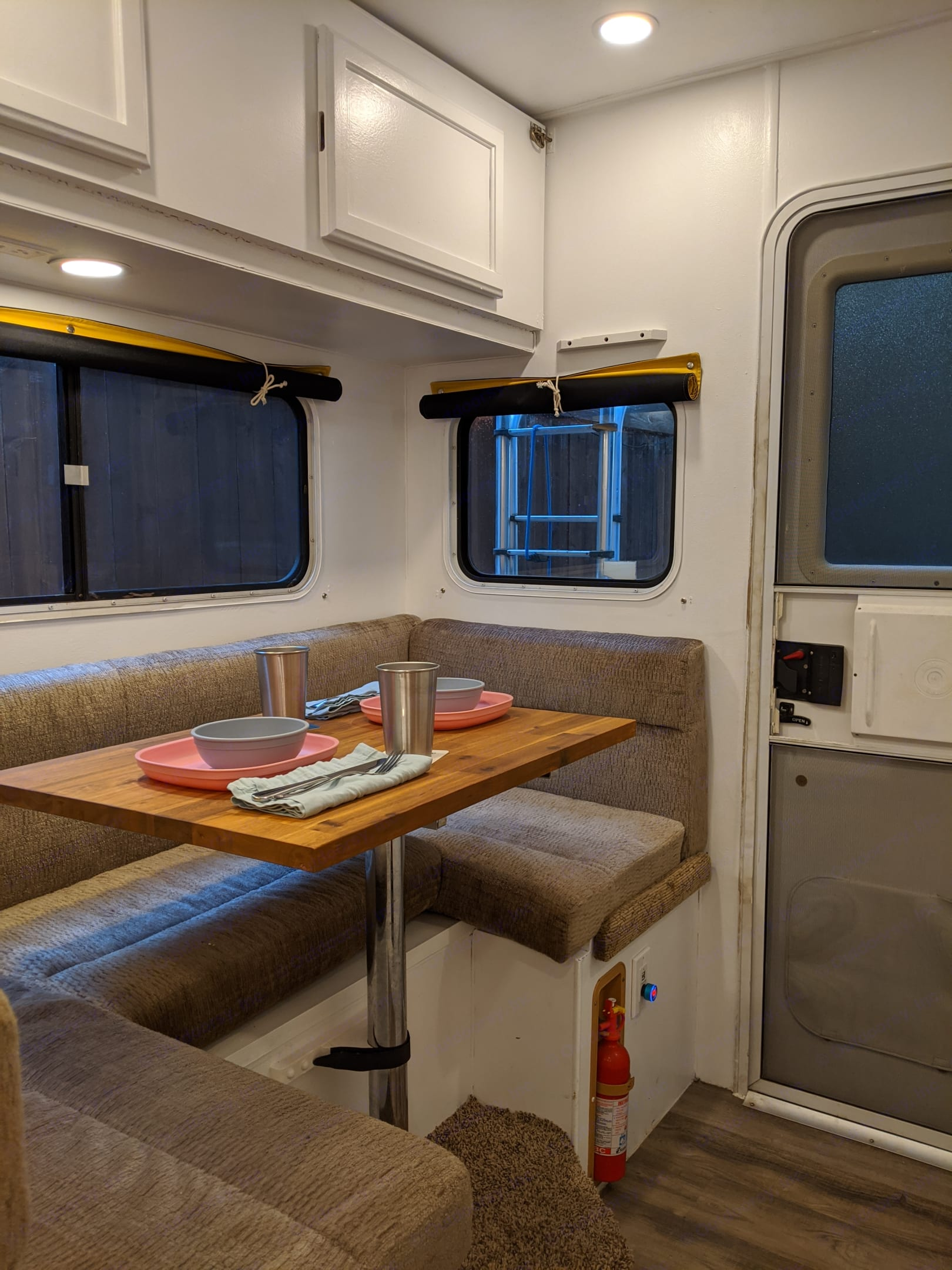 Dining space (fits 4 comfortably) and can be converted into an additional bed. Lance 915 2006