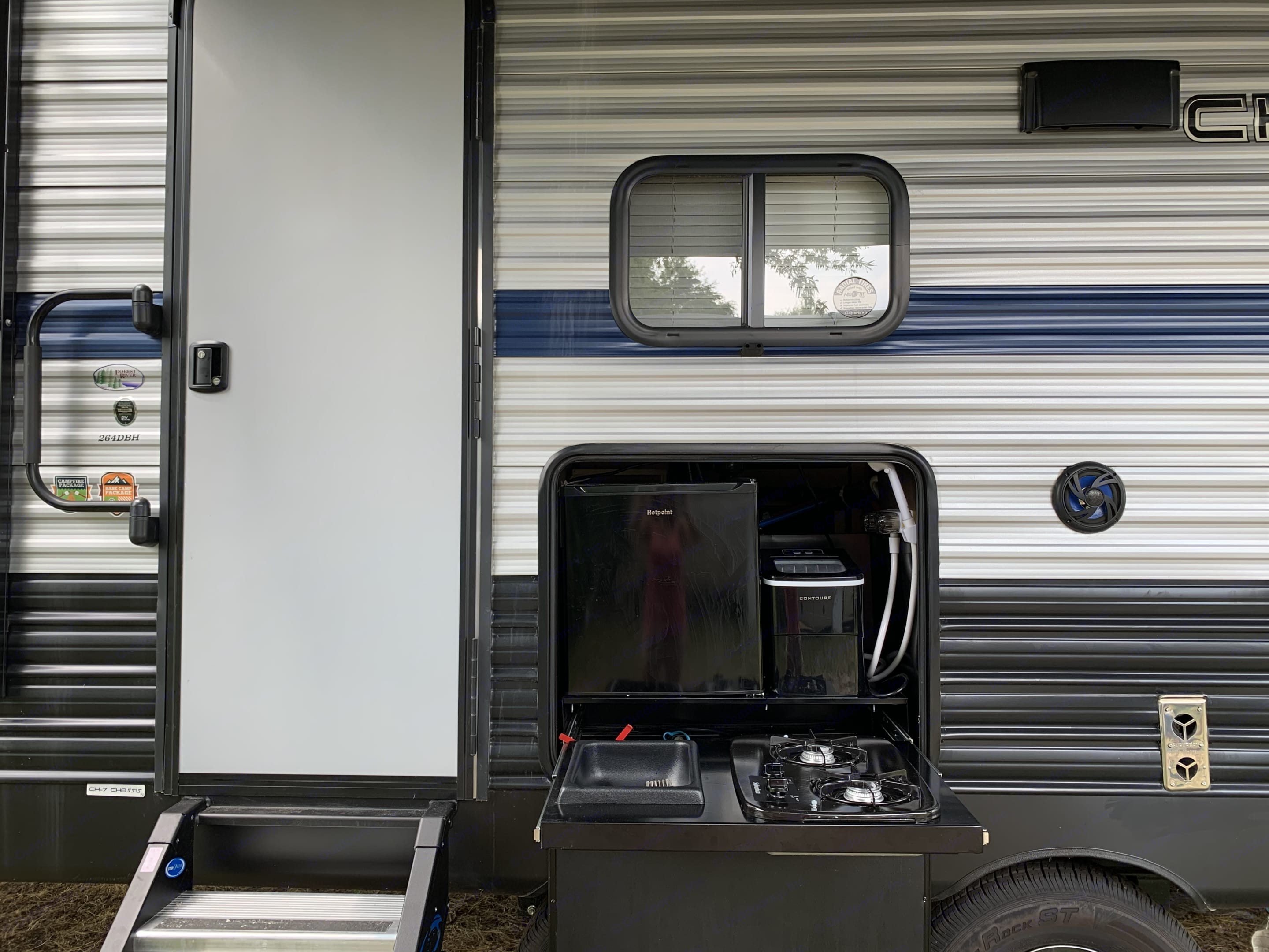 Outdoor mini fridge,icemaker,cooktop and shower hose.. Forest River Cherokee Grey Wolf 2020