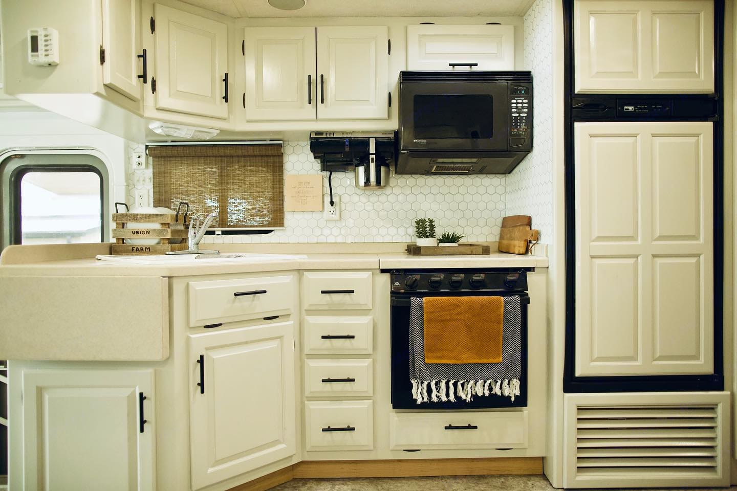 kitchen - oven, stove, coffee pot, microwave. Newmar Scottsdale 2003
