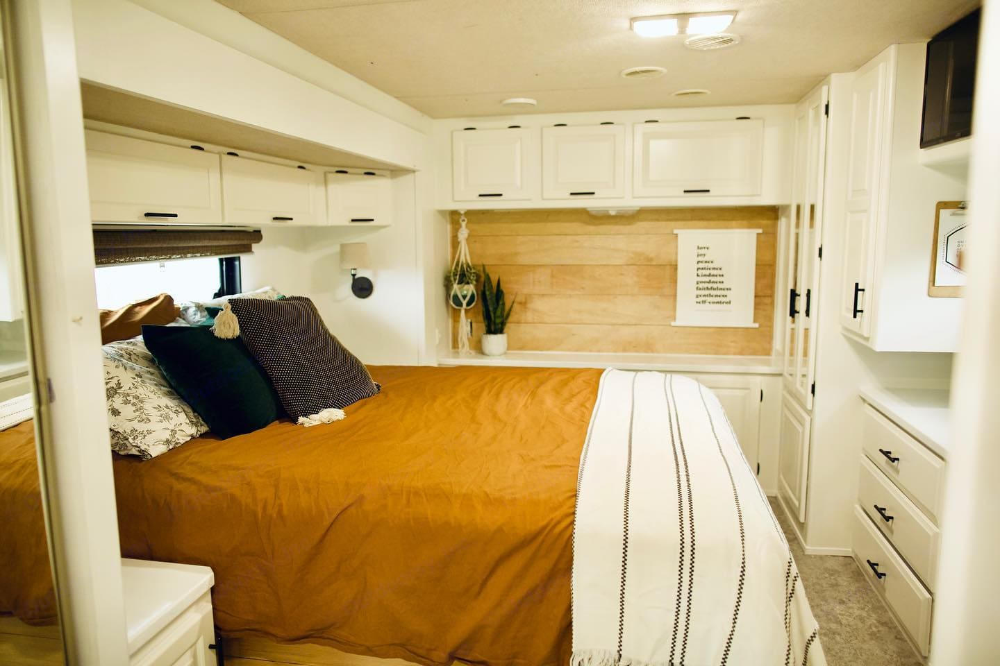queen bed- large slide out. Newmar Scottsdale 2003