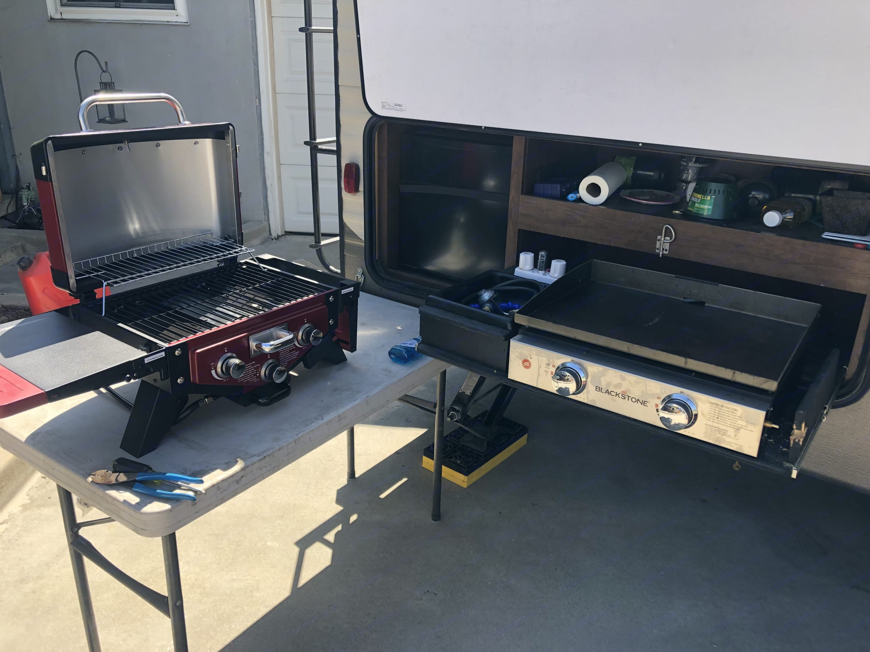 outdoor kitchen with flat top grill and propane bbq included. Keystone Hideout 2018