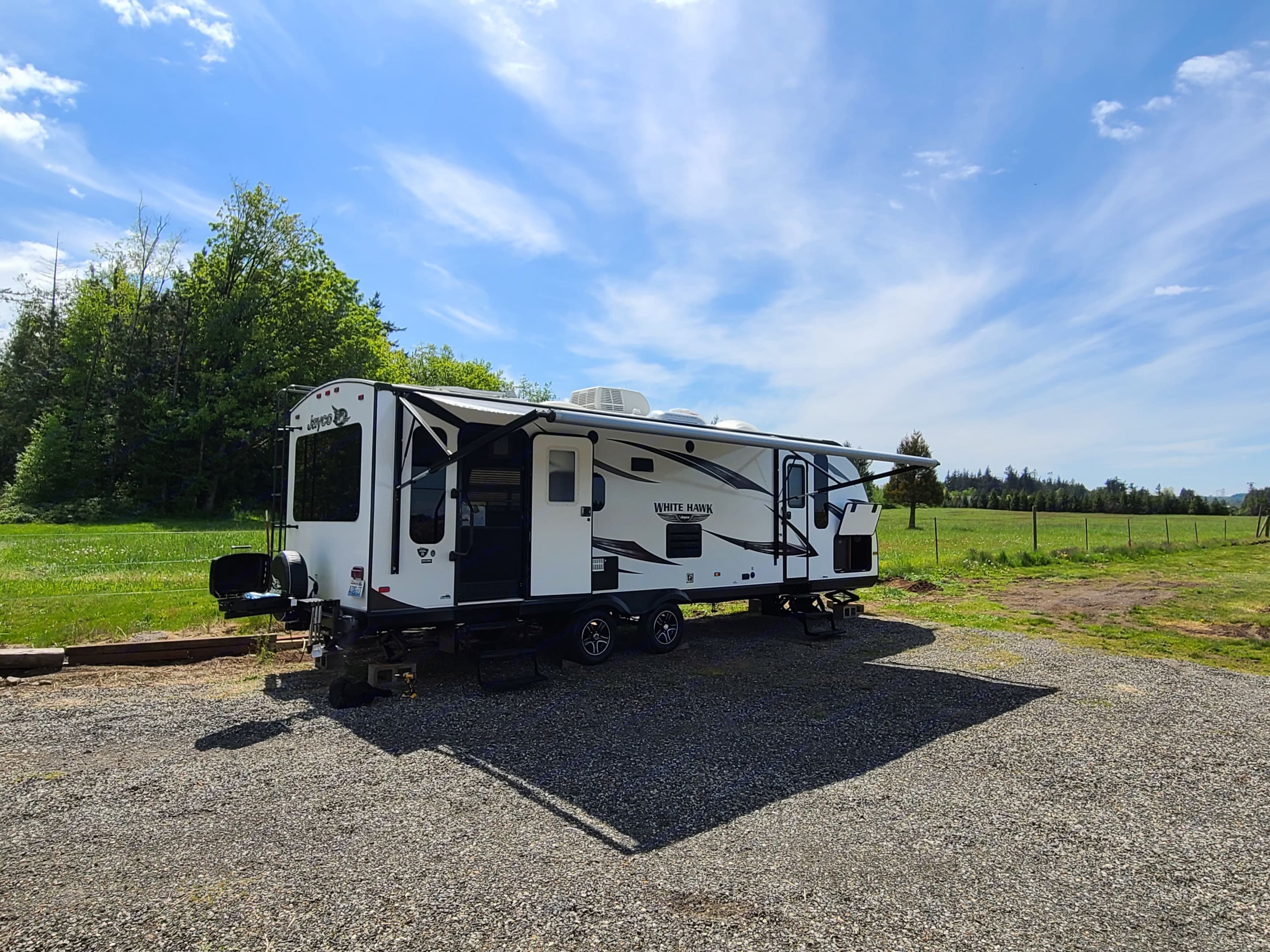 Experience living in this contemporary travel trailer. Jayco White Hawk 2016