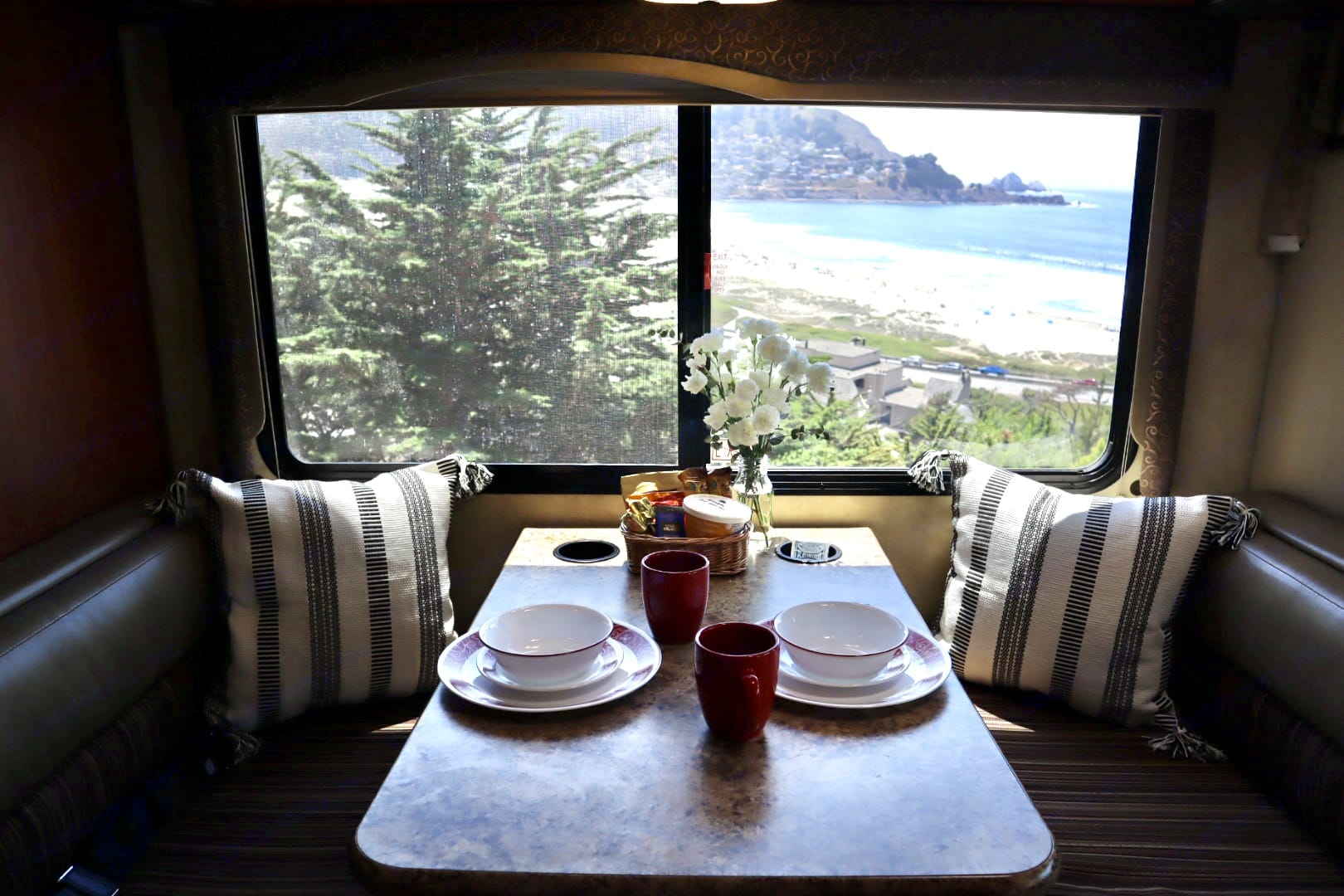 Dinette. Thor Motor Coach Four Winds Majestic 2011