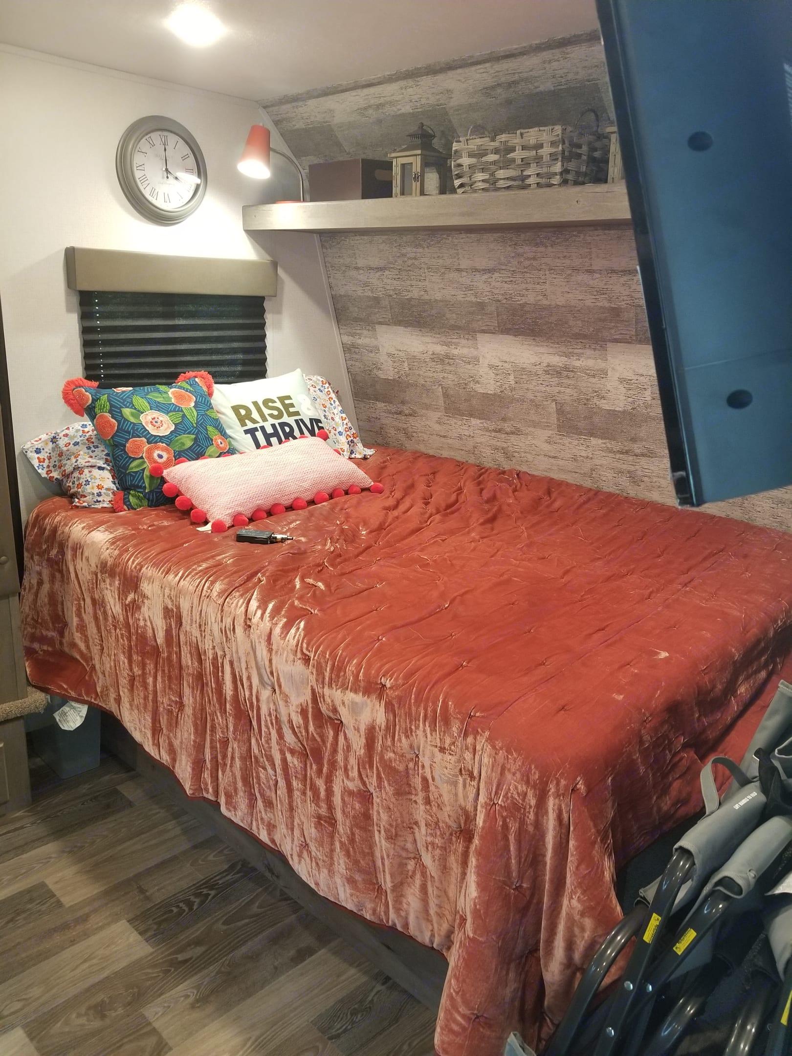 Queen size bed. Keystone Springdale 2021