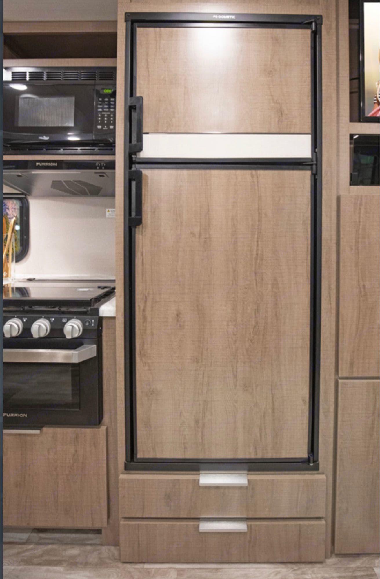 kitchen,fridge,microwave,stove. GrandDesign imagine 2020