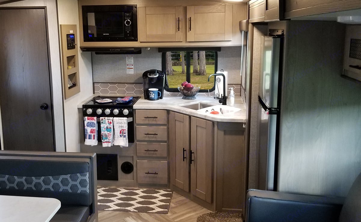 Nice bright contemporary stylings make the kitchen and living area a relaxing place to unwind. Cruiser Rv Corp Shadow Cruiser 2020