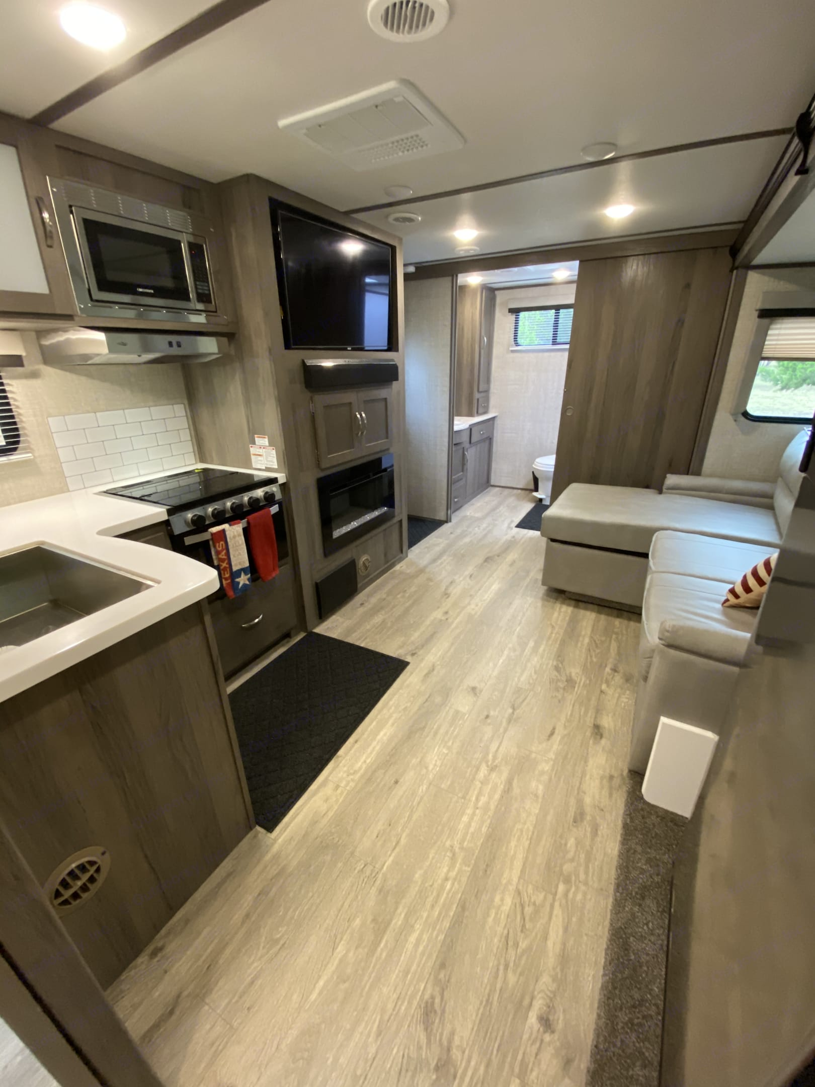 Kitchen and entertainment area. Gulf Stream Envision 2021