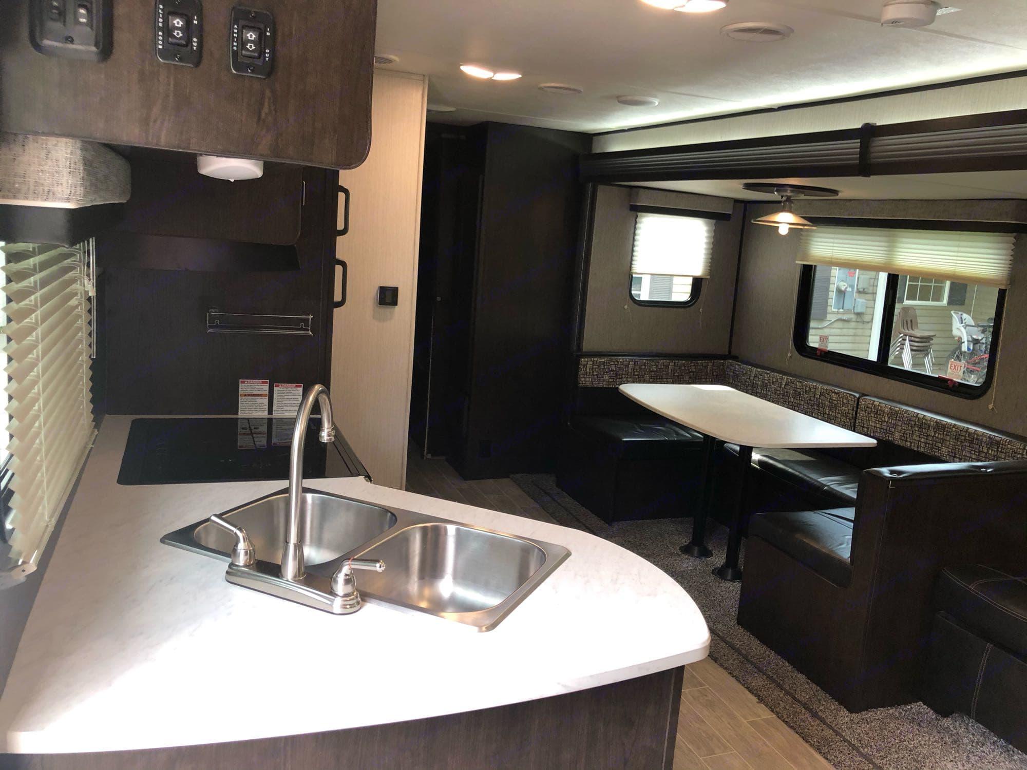 fully stocked kitchen. Heartland Trail Runner 2020
