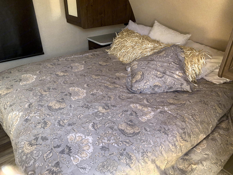 Queen Size Bed w/ Bedding Linen. Forest River Hemisphere 2018