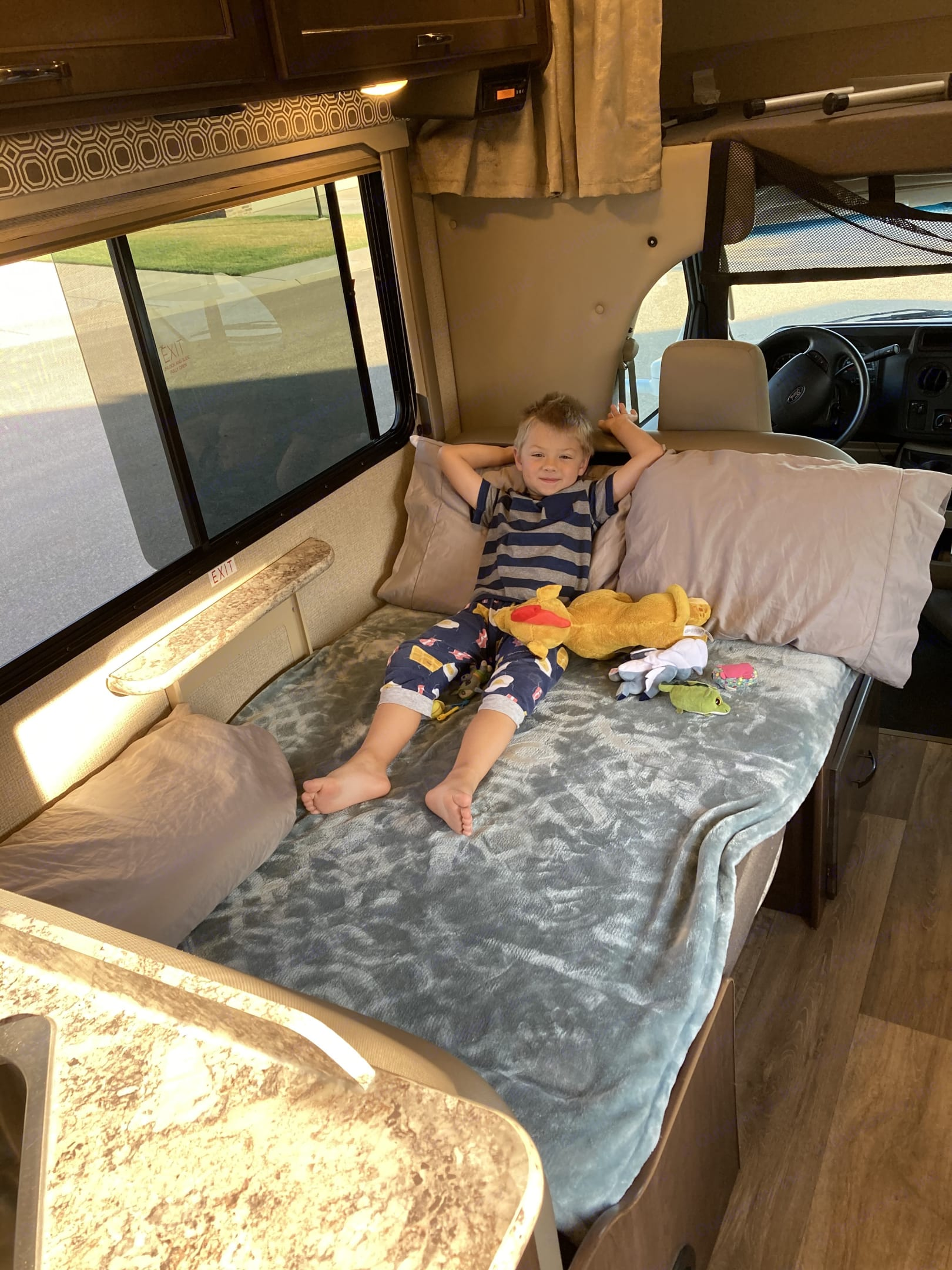 """The """"Dream Dinette"""" folds down and converts into a bed!. Thor Four Winds 26b 2019"""