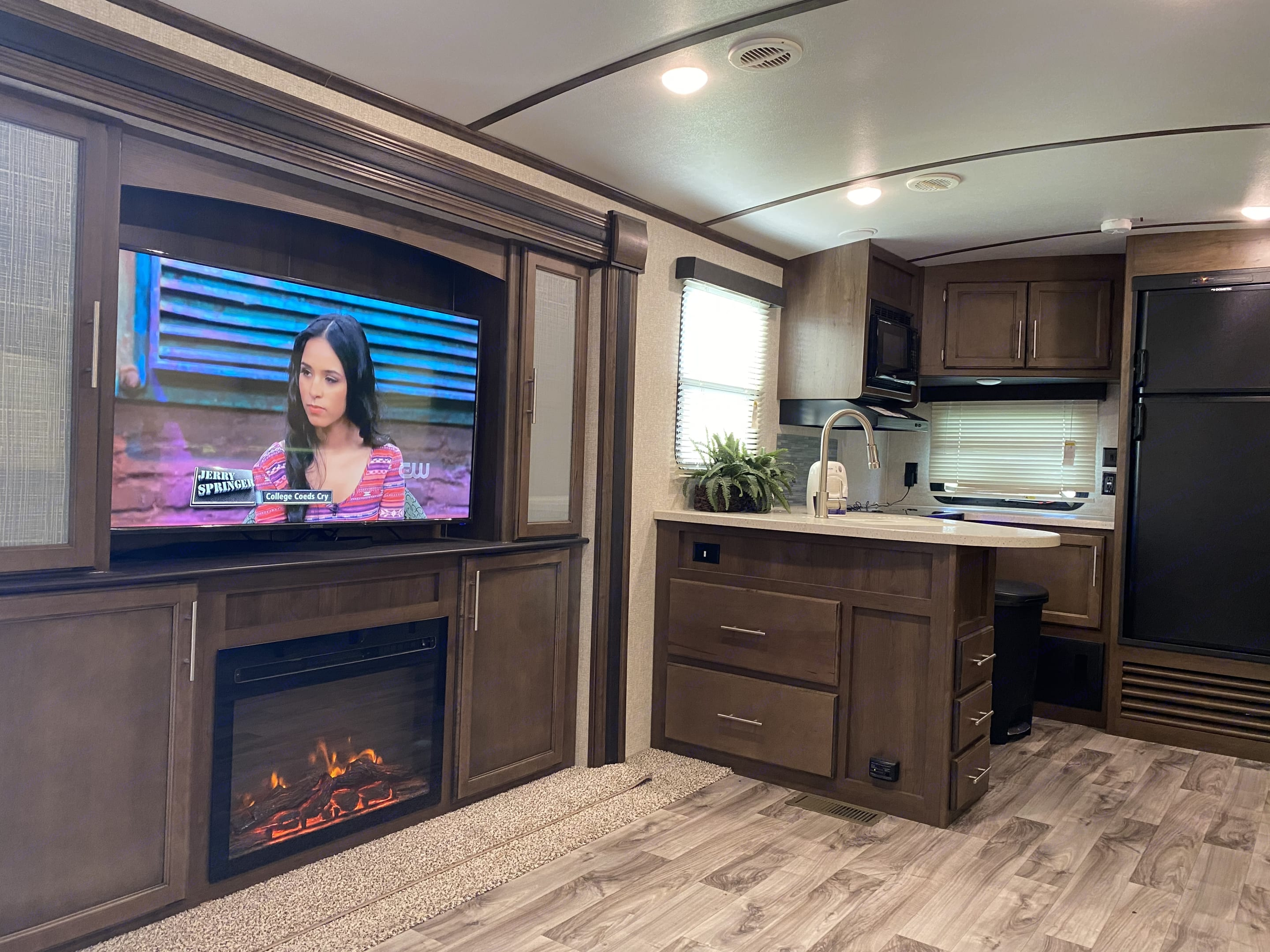 Tv and fireplace. Keystone Cougar Half-Ton 2019