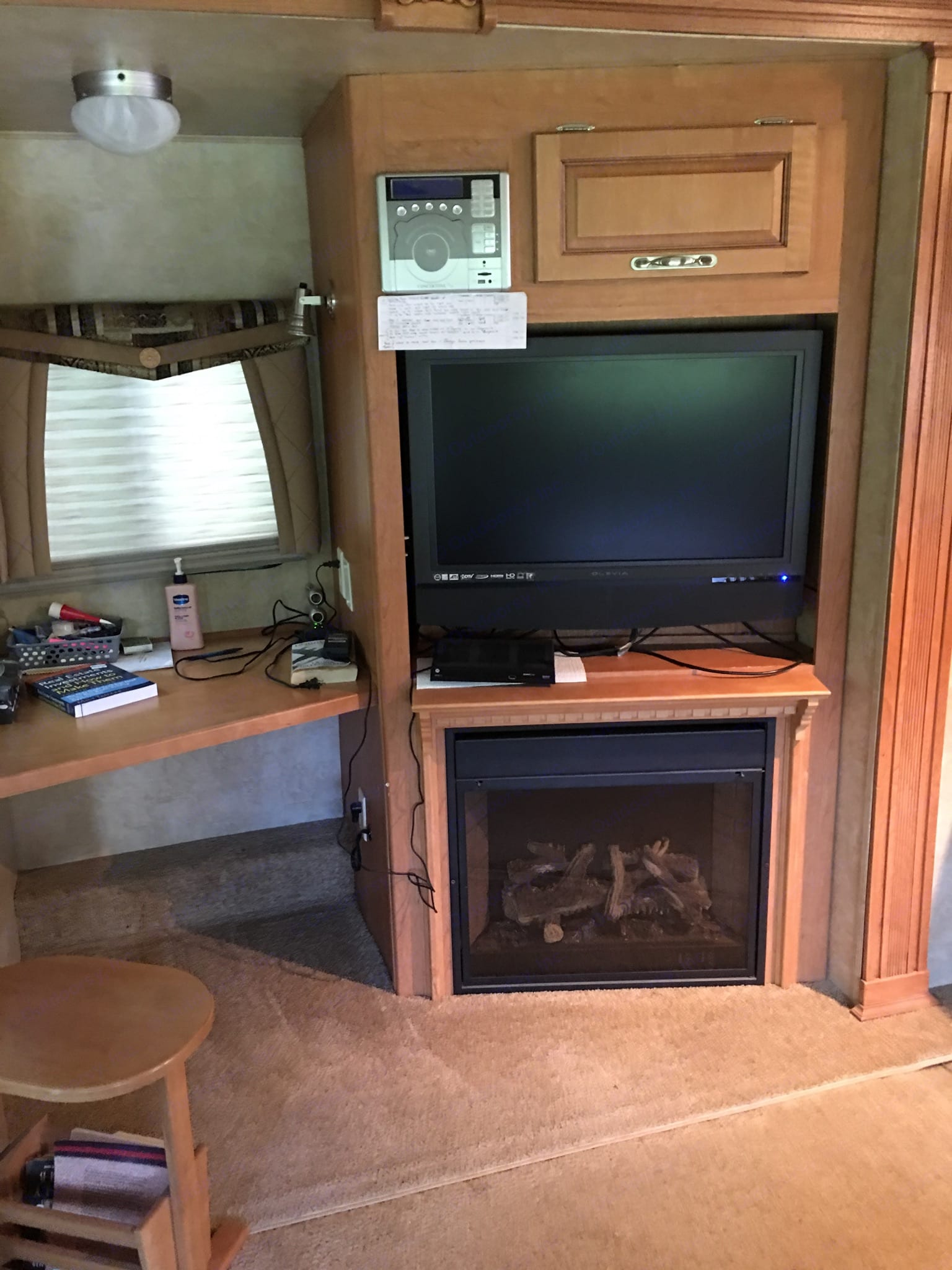 Desk tv and tv. Forest River Cardinal 2008