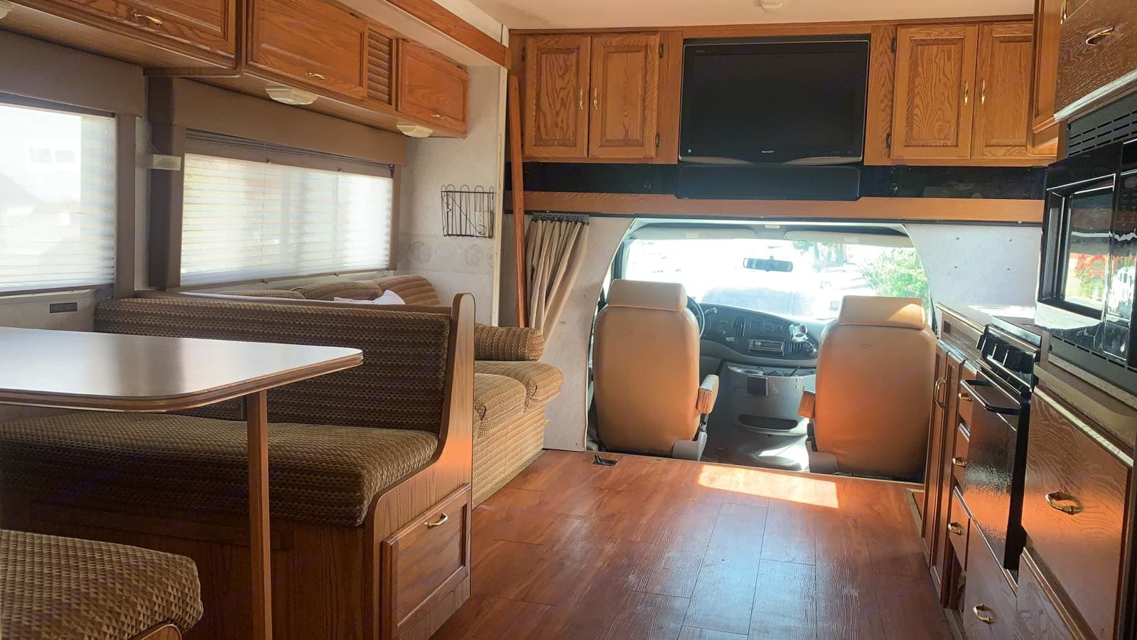 Dinette seats 4, sofa seats 3, RV has 9 total seat belts. Room for multiple car seats. Flat screen TV for road trip entertaiment.. Winnebago Minnie Winnie 1999