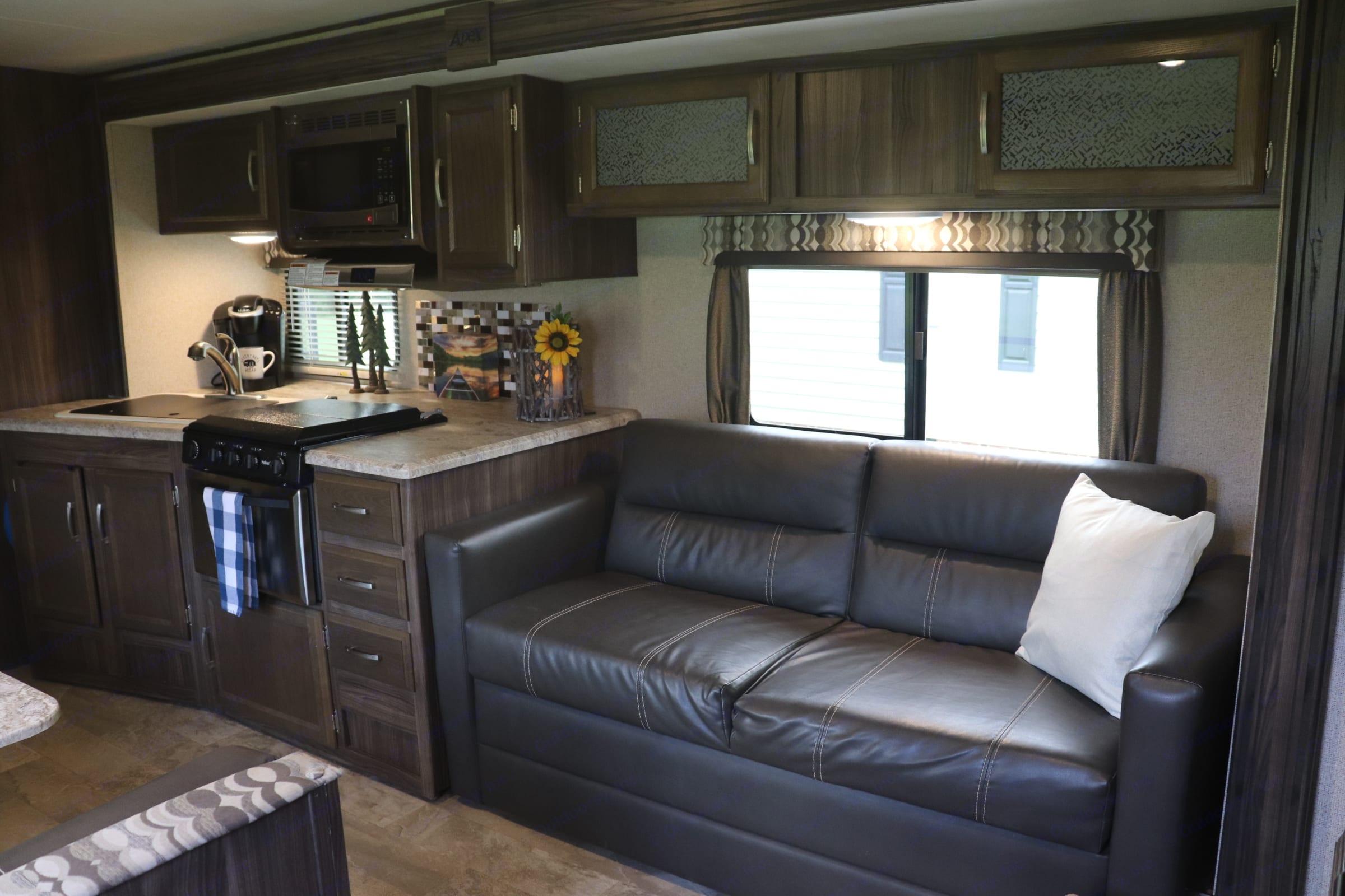 Living space. Coachmen Apex 2017