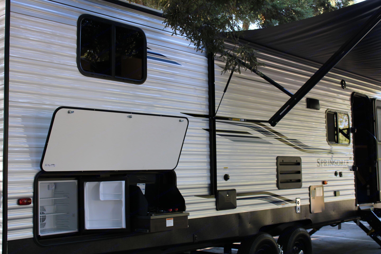 Outdoor Kitchen with Mini Fridge and Range.. Keystone Springdale 2021
