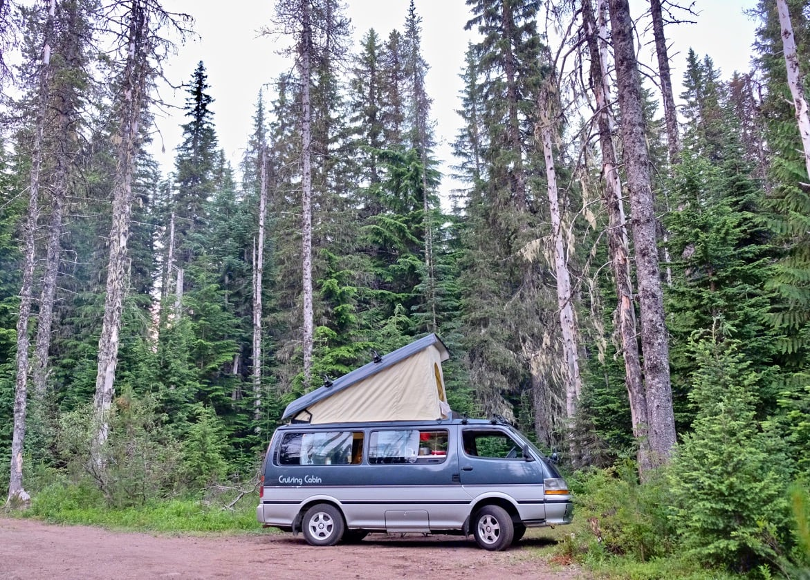 The roof top pops open to create lots of head room inside the van. . Toyota Hiace 1991