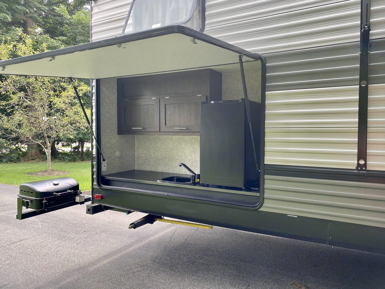 Outdoor kitchen. Forest River Salem 2020