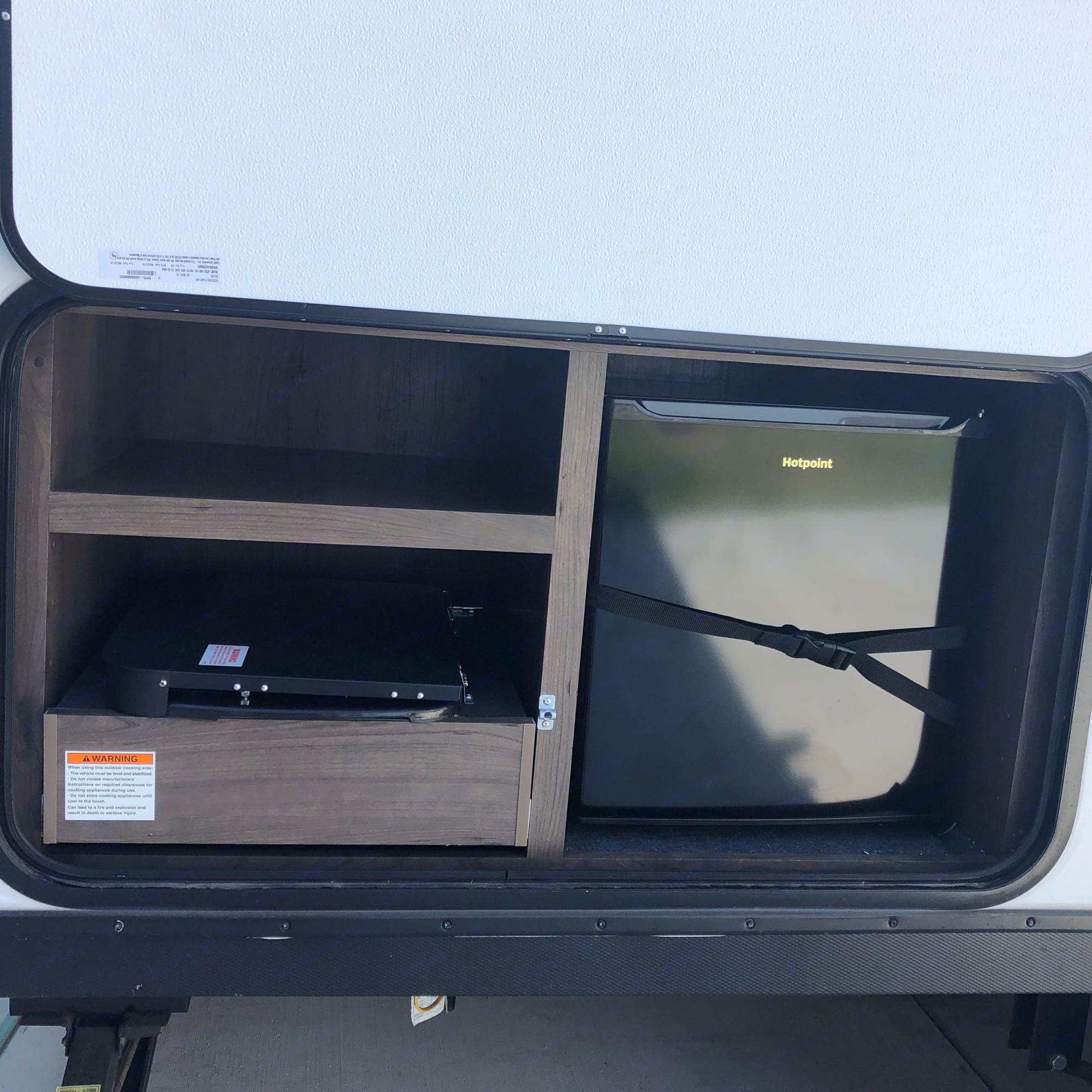 Outdoor cooking & refrigerator. Keystone Passport 2020
