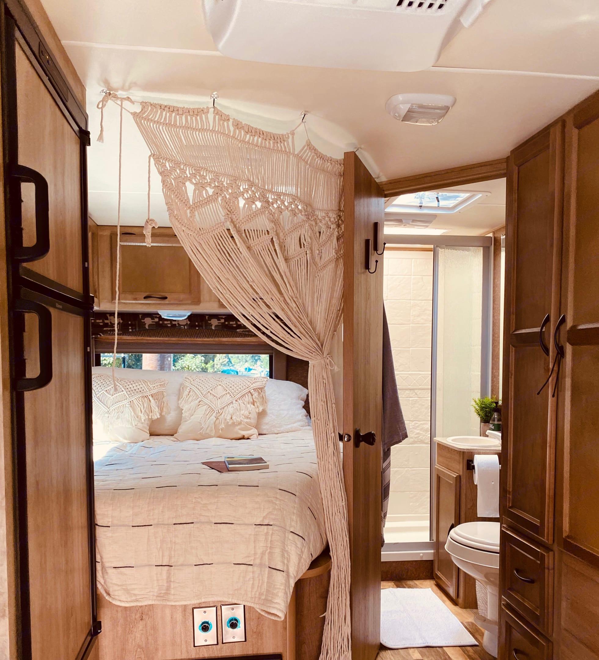 Queen Bed & Bath. Coachmen Freelander 2014