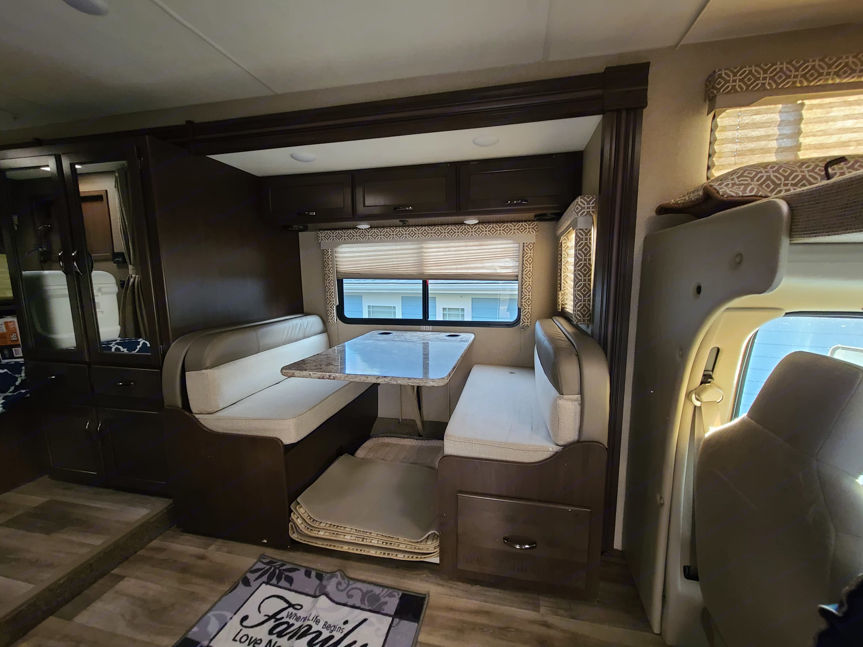 Dining booth. Thor Motor Coach Freedom Elite 2019