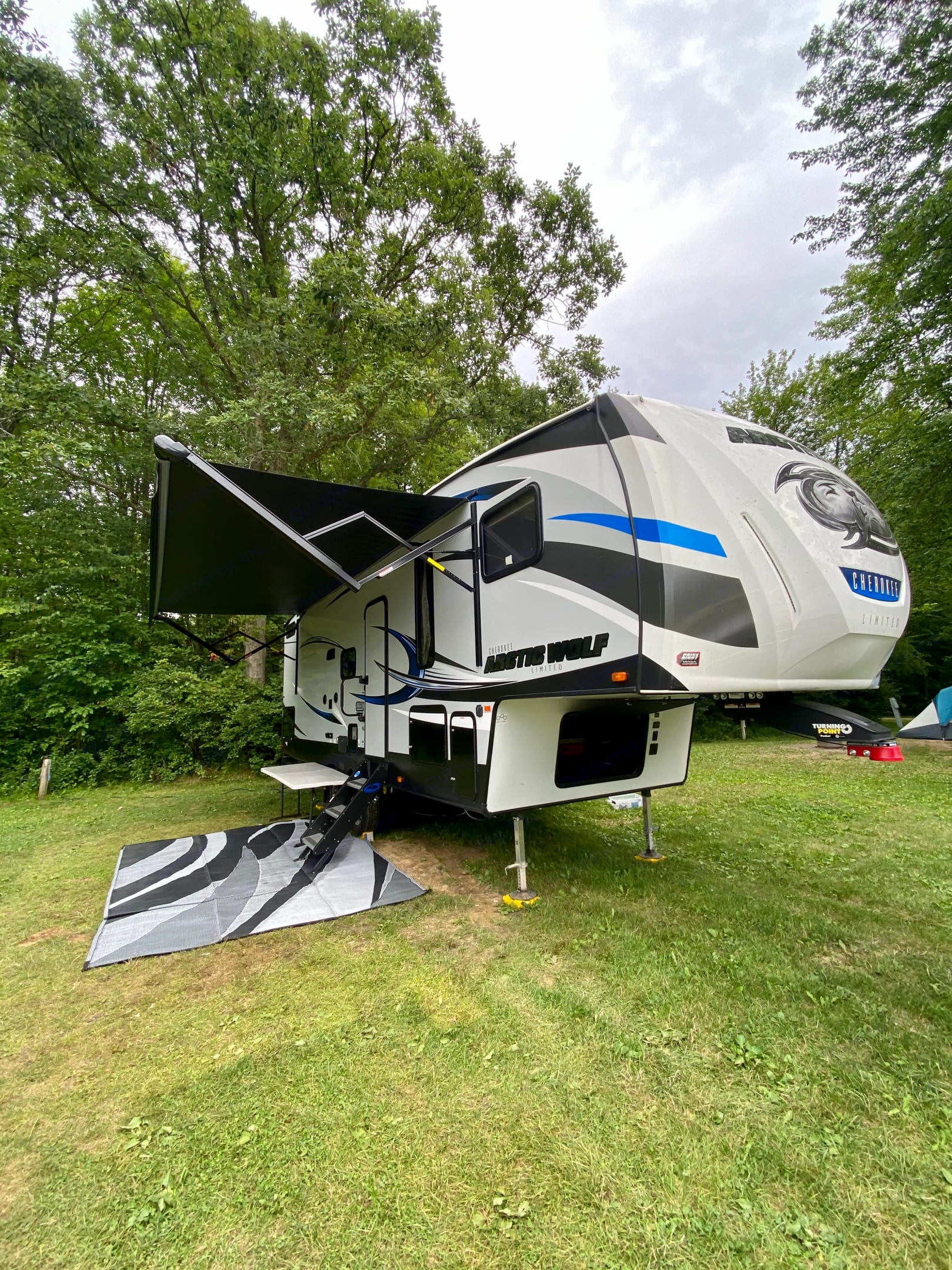 """The """"ARCTIC WOLF"""" (towable - fifth wheel). Forest River Cherokee Arctic Wolf 2019"""