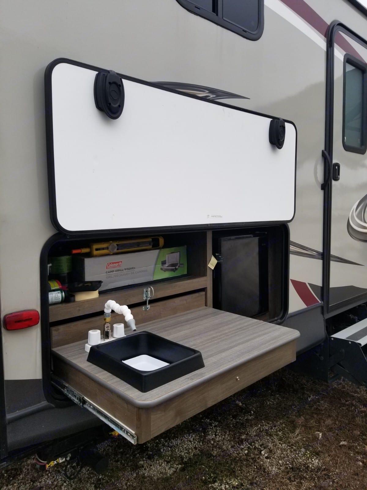 Outdoor Kitchen. Dutchmen Coleman 2018