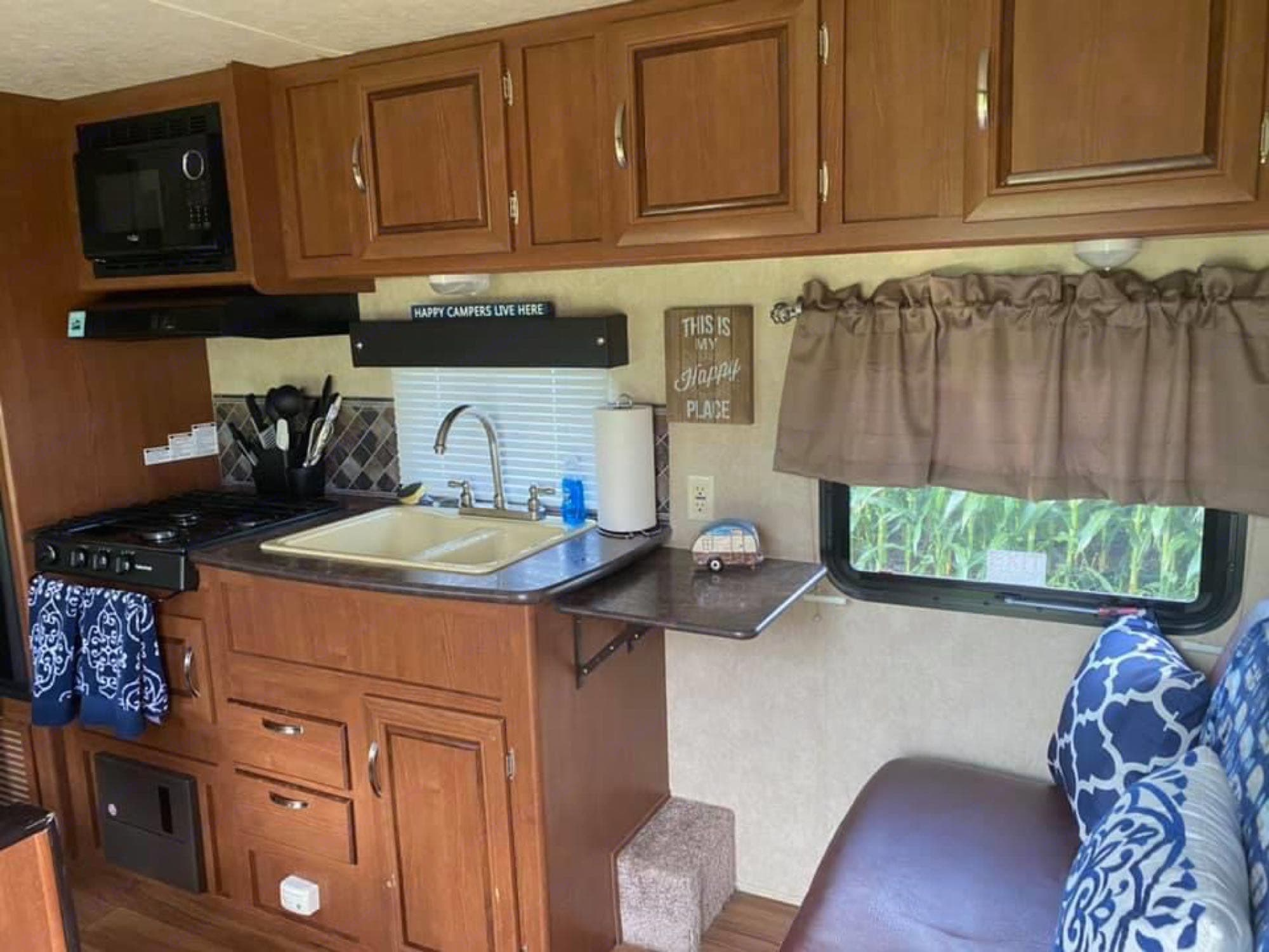Fully stocked kitchen. Forest River Wildwood X-Lite 2014
