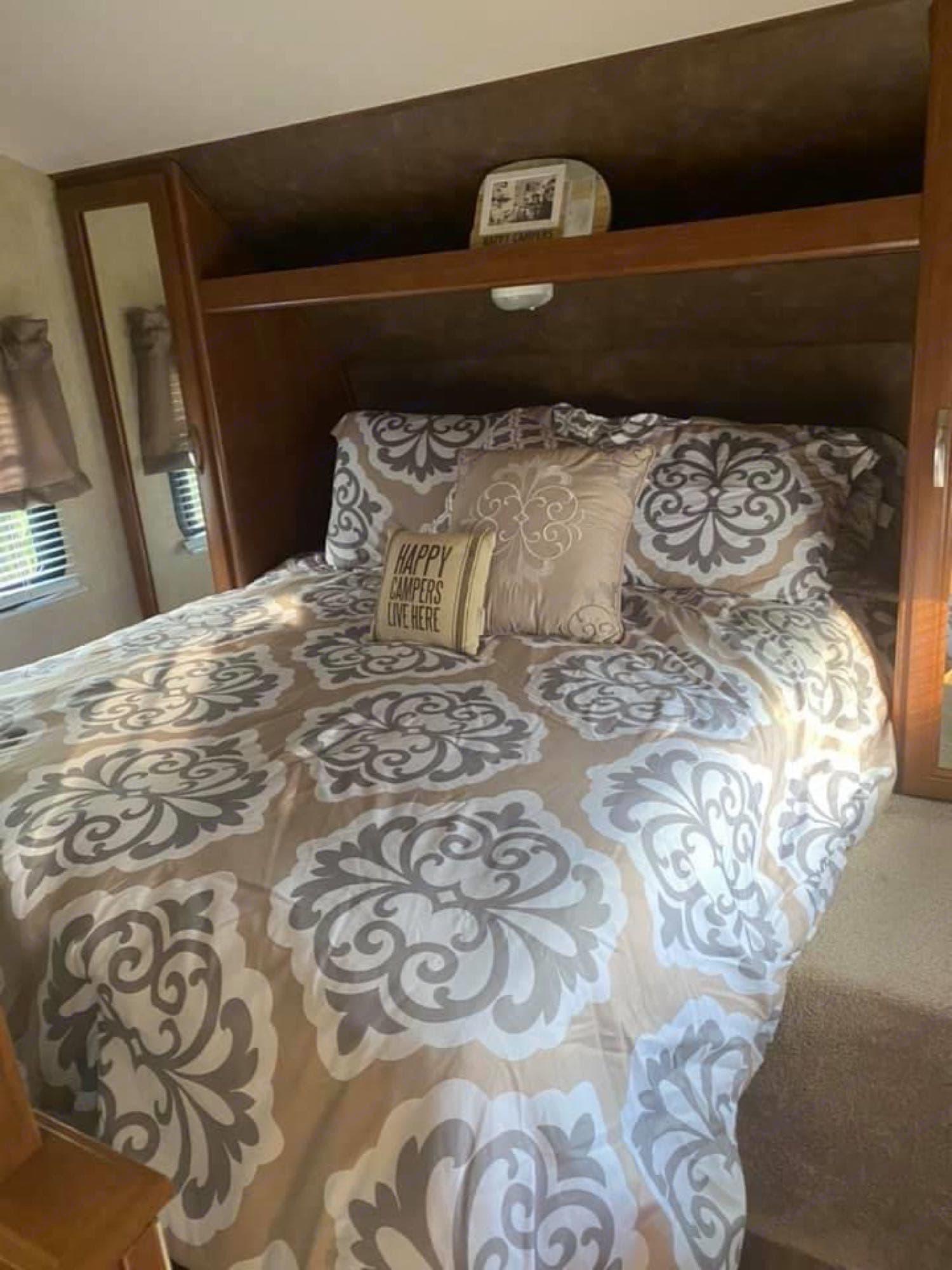 Camper queen bed. Forest River Wildwood X-Lite 2014