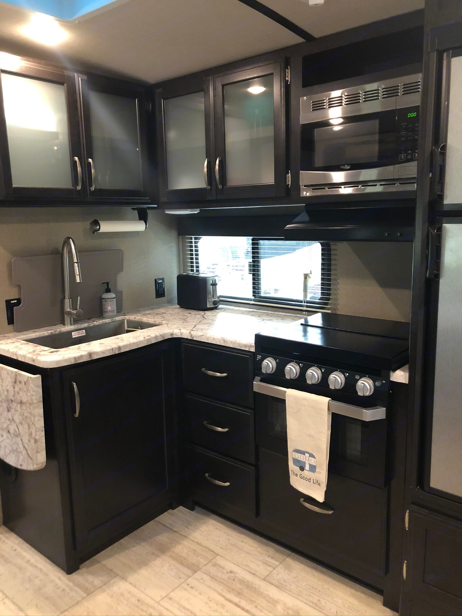 Fully-equipped kitchen. Grand Design 2600RB 2018