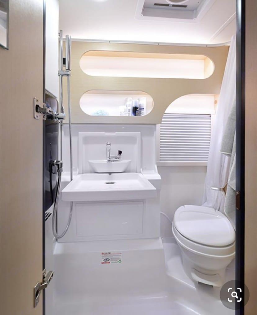 State of the art wet bath: heated, full shower, USB plugs, lots of storage, fan, portal window with screen.. T@B Boondock 2020