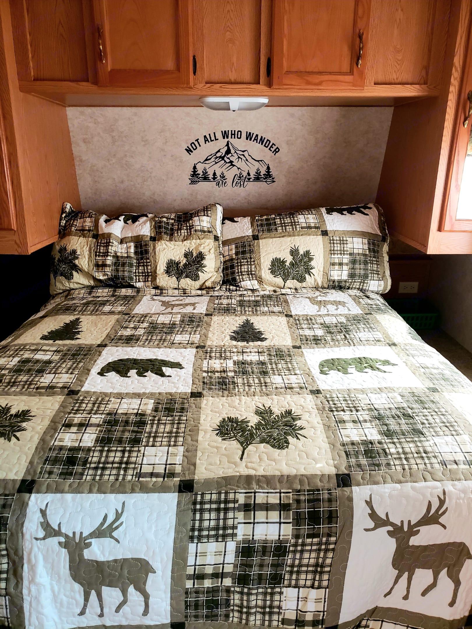 Queen bed. Super comfy.. Keystone Cougar 2006
