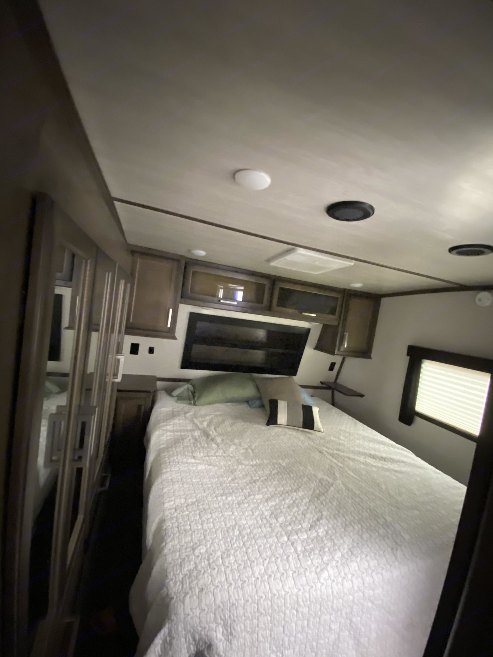Master Bedroom. Dutchmen Dutchmen 2020