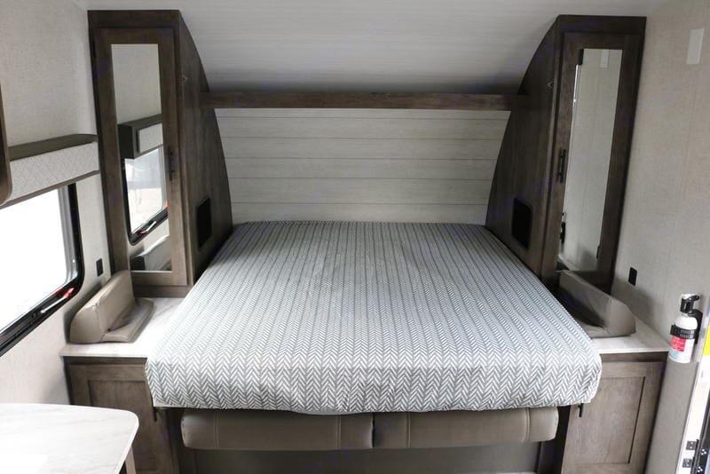 Queen size bed. Forest River Salem Cruise Lite 19DBXL 2020