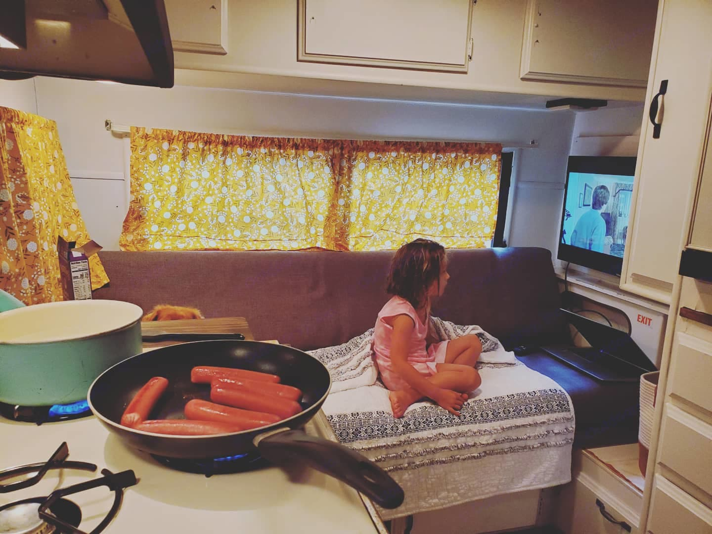3 burner stove and fridge storage for delicious meals and even popcorn over the stove for movie night!. Serro Scotty Scotty Lite 1988