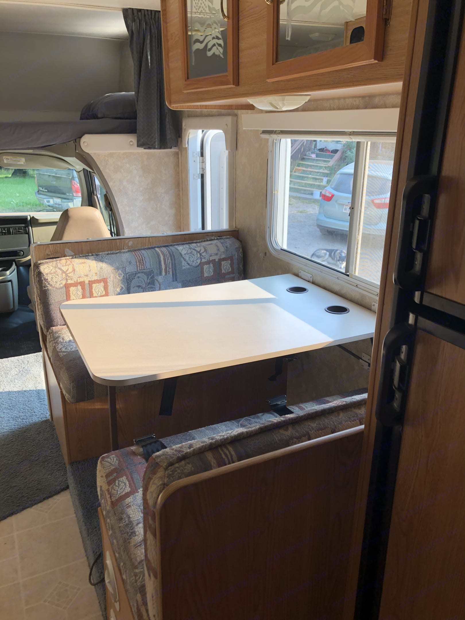 Dinet table to can convert into a bed. Coachmen Other 2004