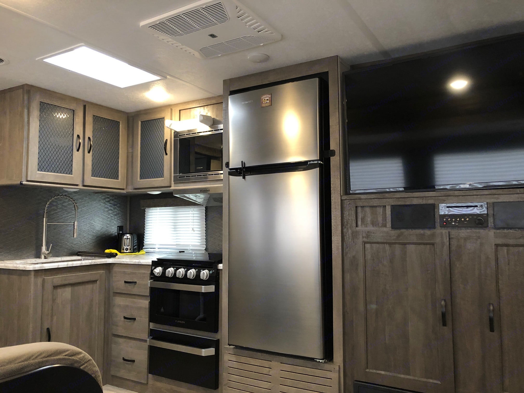 Extra large fridge and TV! All cookware included!. Forest River Vibe 2020