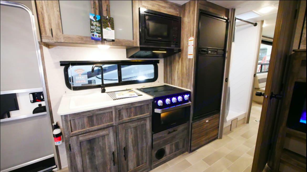 Kitchen. Forest River Wildwood 280RT Platinum 2021