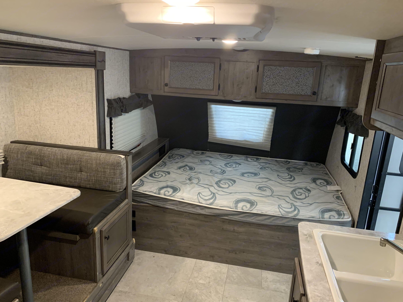 Queen Bed. Coachmen Apex 2020