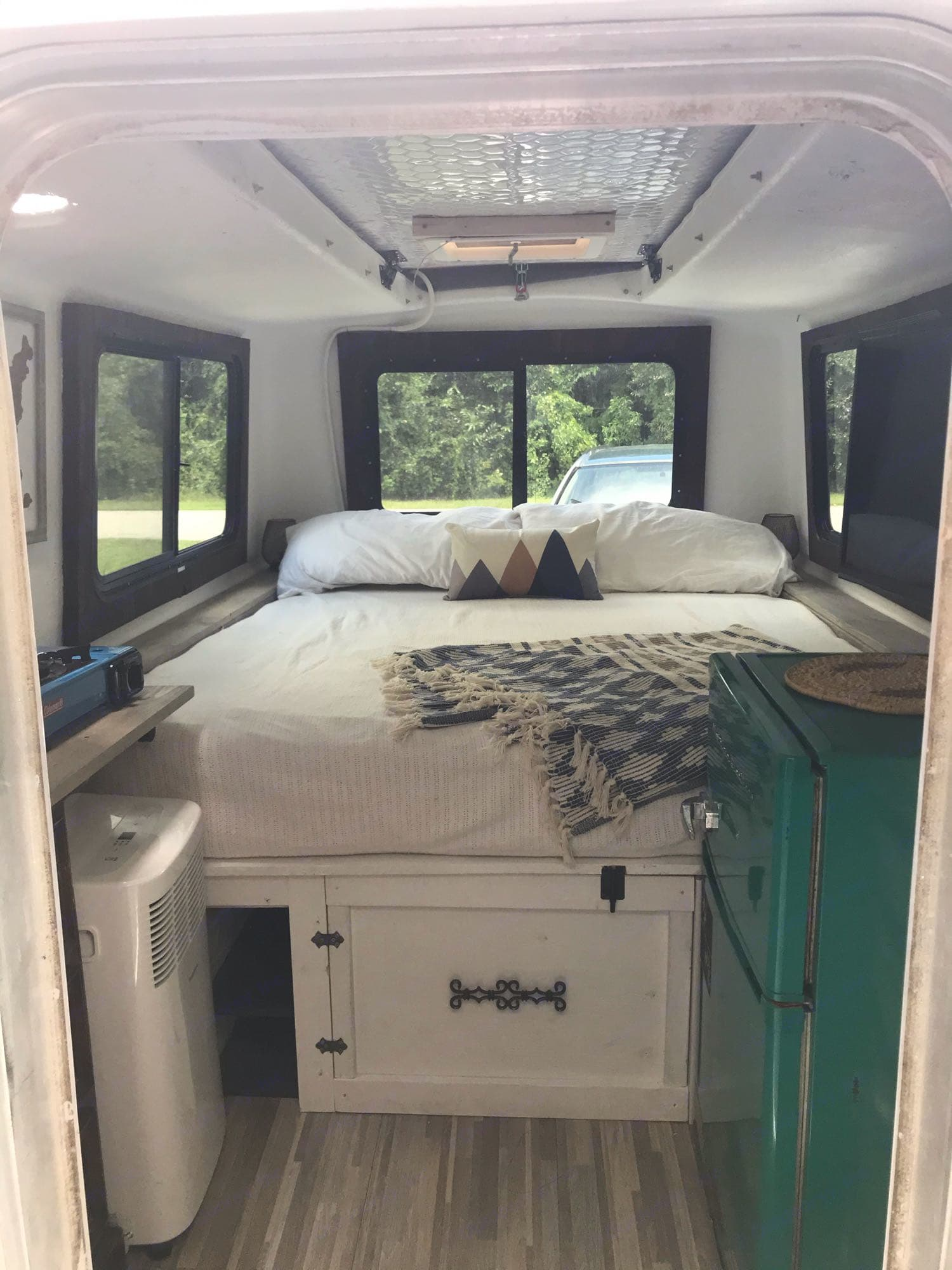 Queen bed- side cubby charging stations, under bed storage, mini fridge, flat screen, ac unit, Coleman butane stove. Hunter Compact Junior 1971