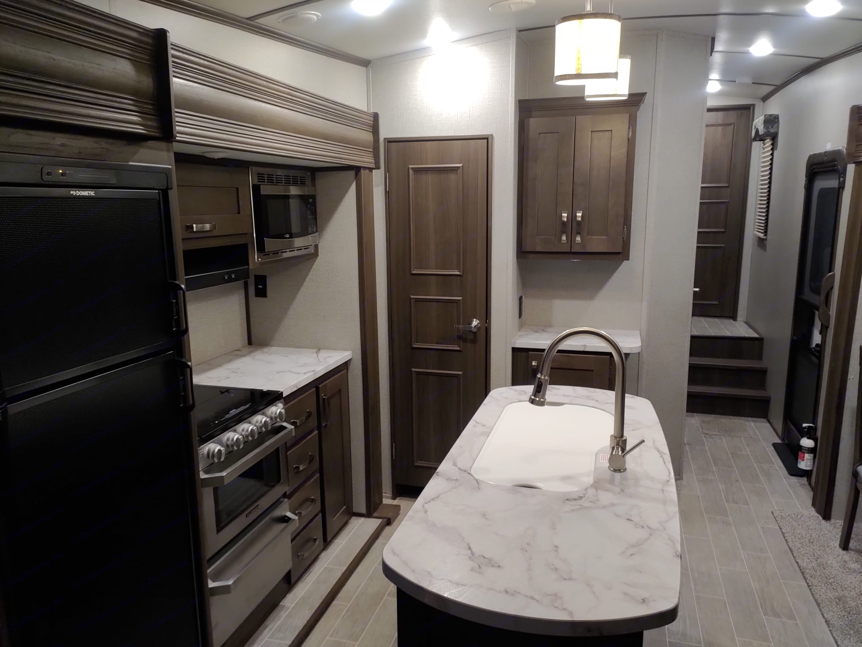 Open kitchen with sink in the island. Keystone Laredo 2020