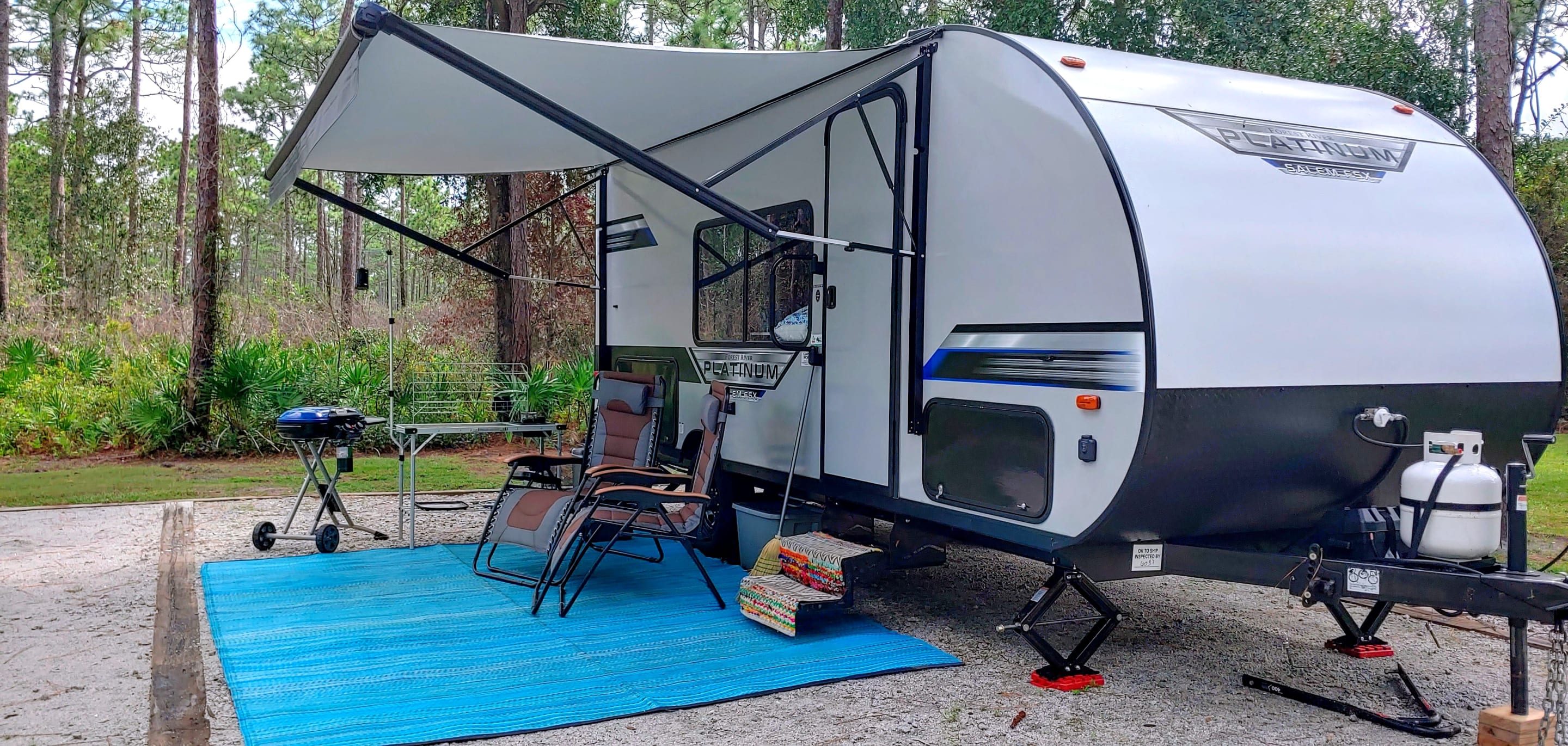Outdoor setup included in daily rental fee:  outdoor rug, 2 gravity chairs, 2 camping chairs, broom, camping lights.. Forest River Salem 2020