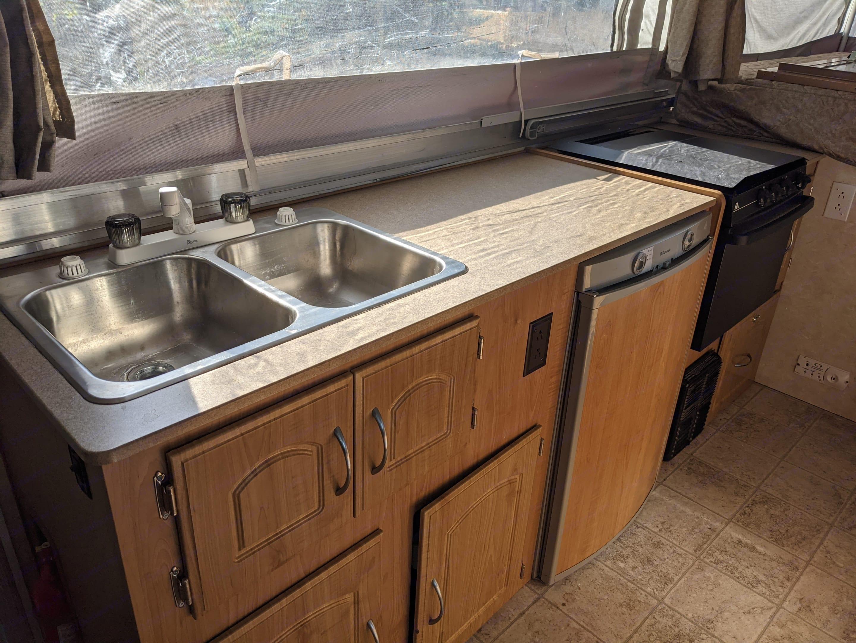 Double sink, refrigerator, heater.. Fleetwood Highlander Niagra 2007