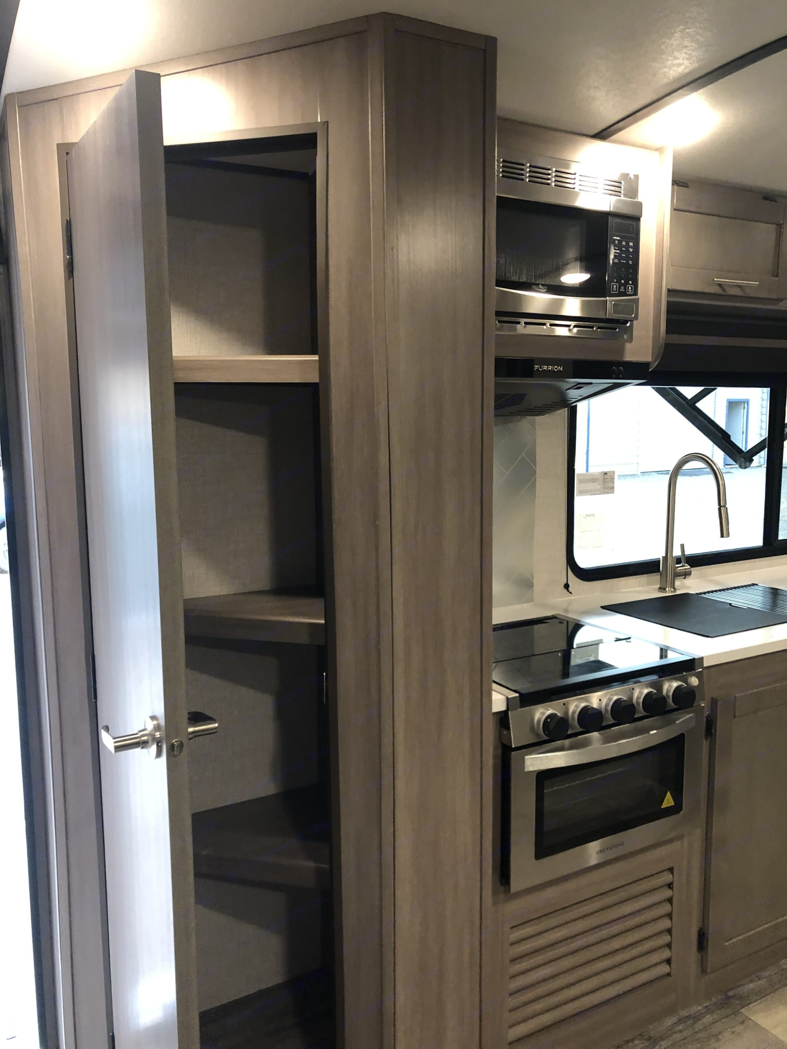 Pantry, stove, oven, microwave and sink. Crossroads Sunset Trail Super Lite 2021