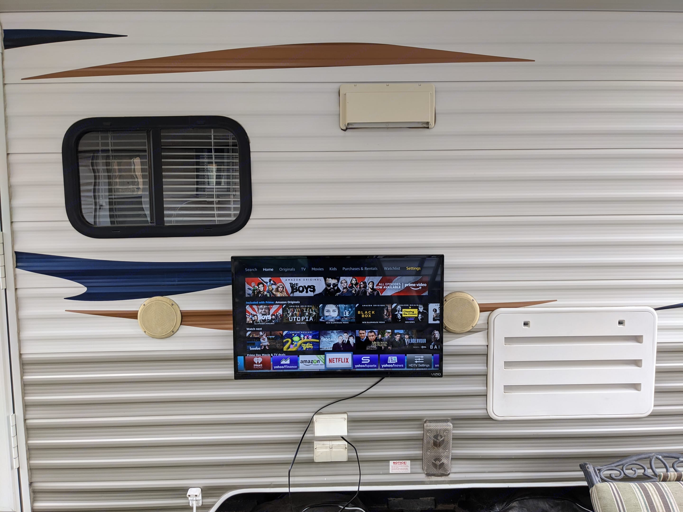 Outdoor TV and speakers. Forest River Cherokee Grey Wolf 2013