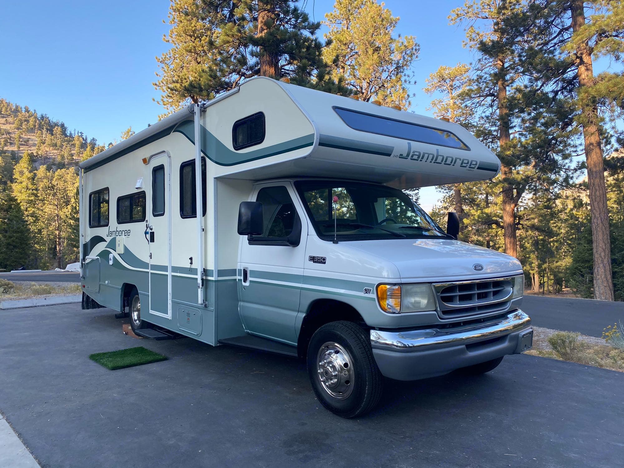 This motorhome is easy to drive and fits in most camp spots.. Fleetwood LXE 1999